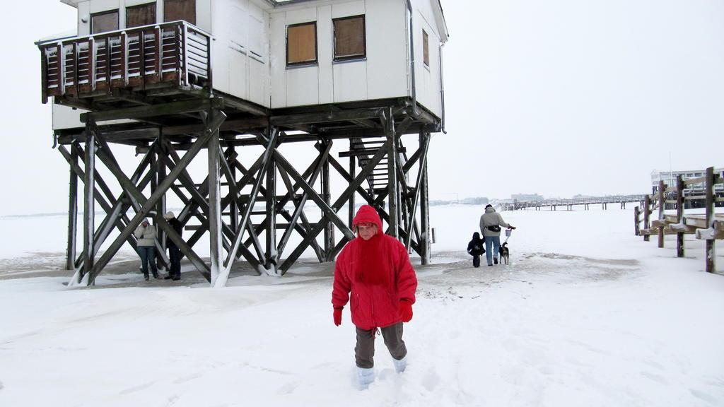 Schnee liegt am Donnerstag (17.12.2009) in St. Peter-Ording am Strand. In Flensburg sowie den Kreisen Nordfriesland und Schleswig-Flensburg bildeten sich seit dem Abend geschlossenen Schneedecken. Foto: Wolfgang Runge dpa/lno  +++(c) dpa - Bildfunk++
