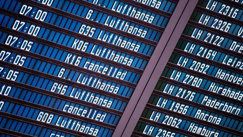 Flüge der Lufthansa werden wegen eines Streiks der Flugbegleiter auf einer Anzeigetafel als gestrichen ausgewiesen. Foto: Matthias Balk/dpa