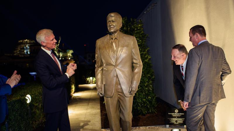 Fred Ryan (l), Vorsitzender der Ronald Reagan-Stiftung und Herausgeber der Washington Post, Mike Pompeo (M), US-Außenminister, und Richard Grenell (r), Botschafter der USA in Deutschland. Foto: Gregor Fischer/dpa