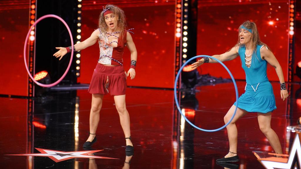 Yvonne (l.) und Nicole Scholich aus Recklinghausen präsentieren diesmal eine Tanzperformance mit Hula-Hoop-Reifen.
