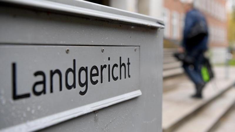 """Das Schild """"Landgericht"""" ist an einem Briefkasten am Landgericht zu sehen. Foto: Carsten Rehder/dpa"""