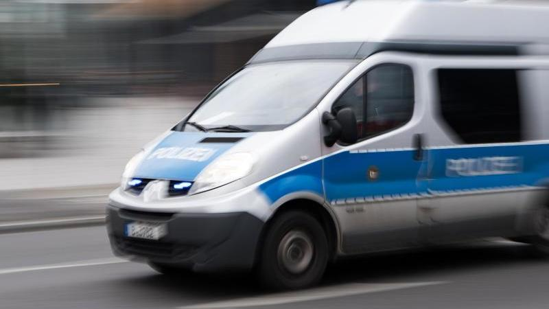 Ein Einsatzfahrzeug der Polizei fährt mit eingeschaltetem Blaulicht. Foto: Bernd von Jutrczenka/dpa/Archiv