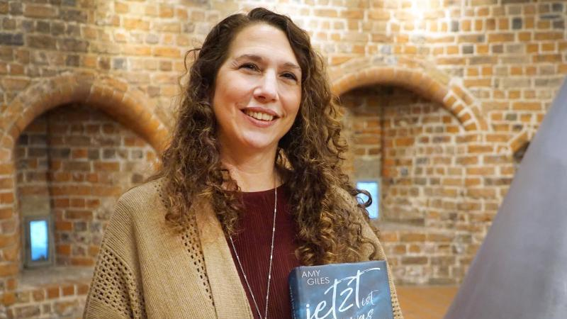 Die US-amerikanische Autorin Amy Giles. Foto: Thomas Bücher/Hansestadt Buxtehude/dpa