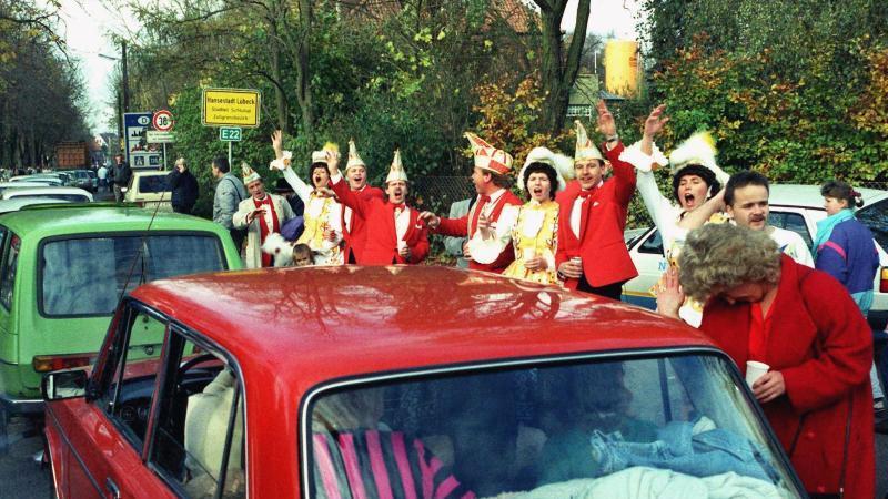 Lübecker Karnevalisten empfangen Besucher aus der DDR in Lübeck-Schlutup. Foto: dpa/Archivbild