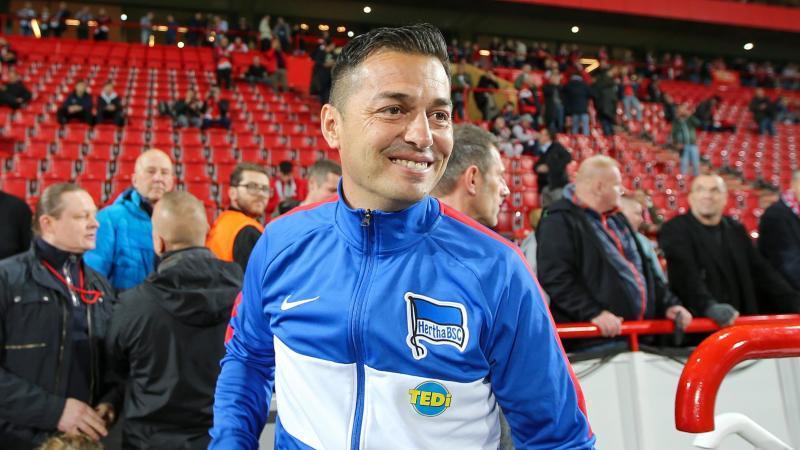 Cheftrainer Ante Covic von Hertha BSC betritt lächelnd das Stadion. Foto: Andreas Gora/dpa