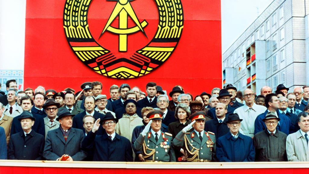 ARCHIV - 07.10.1989, DDR, Berlin: Die Ehrentribüne auf der Karl-Marx-Allee während der Militärparade am 7. Oktober 1989 in Ost-Berlin mit dem sowjetischen Staats- und Parteichef Michail Gorbatschow (2.v.l.), dem DDR-Staatsratsvorsitzenden und SED-Gen