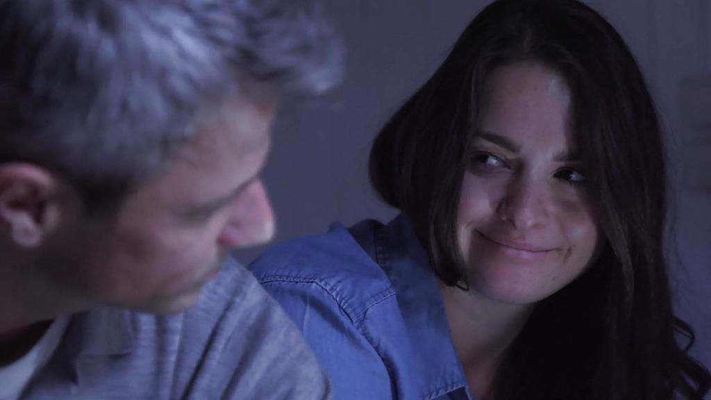 Unter uns: Saskia lächelt Benedikt an.
