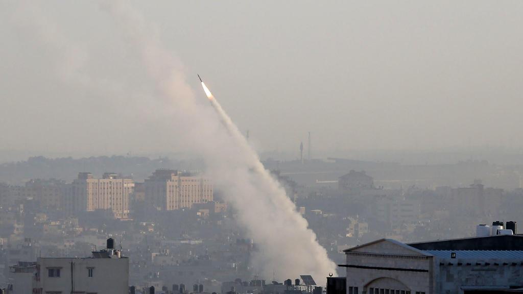 12.11.2019, Palästinensische Autonomiegebiete, Gaza: Eine palästinensische Rakete wird aus der Stadt Gaza abgefeuert. Zuvor hatten Israels Sicherheitskräfte ein Haus angegriffen, in dem sich ein Anführer des Islamischen Dschihad im Gazastreifen befan