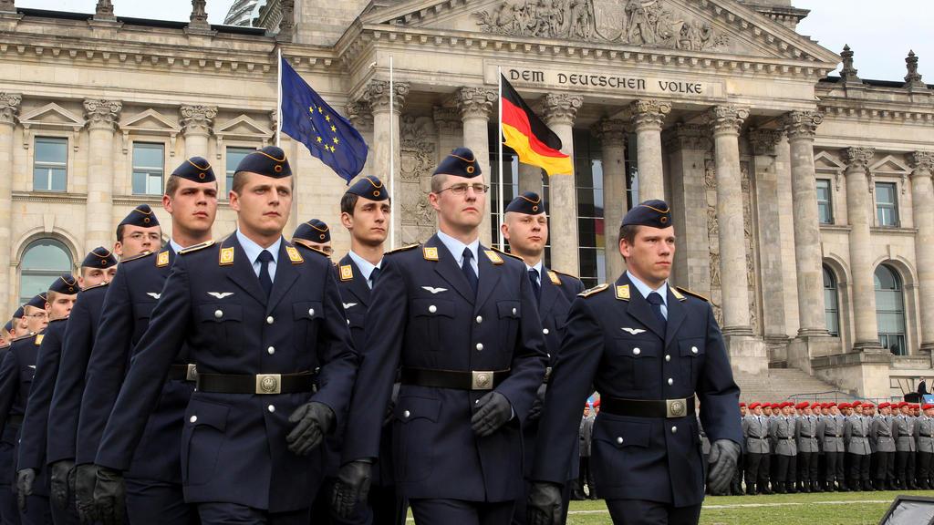 """Rekruten der Bundeswehr stehen beim feierlichen Gelöbnis vor dem Reichstag.    (zu dpa """"Gelöbnis vor dem Reichstagsgebäude am Gründungstag der Bundeswehr"""""""