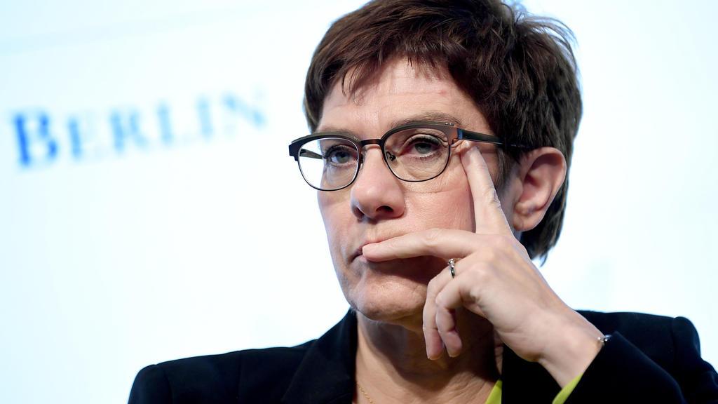 """Annegret Kramp-Karrenbauer (CDU), Verteidigungsministerin, nimmt an der Sicherheitstagung """"Nato Talk around the Brandenburger Tor"""" teil."""