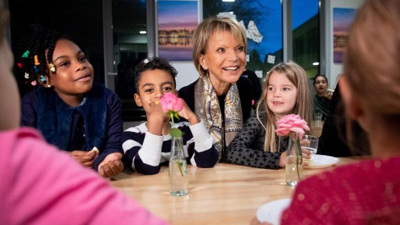 """Uschi Glas (M), Schauspielerin, besucht das Schulfrühstück """"Brotzeit"""" an der Brüder-Grimm-Schule. Foto: Christian Charisius/dpa"""