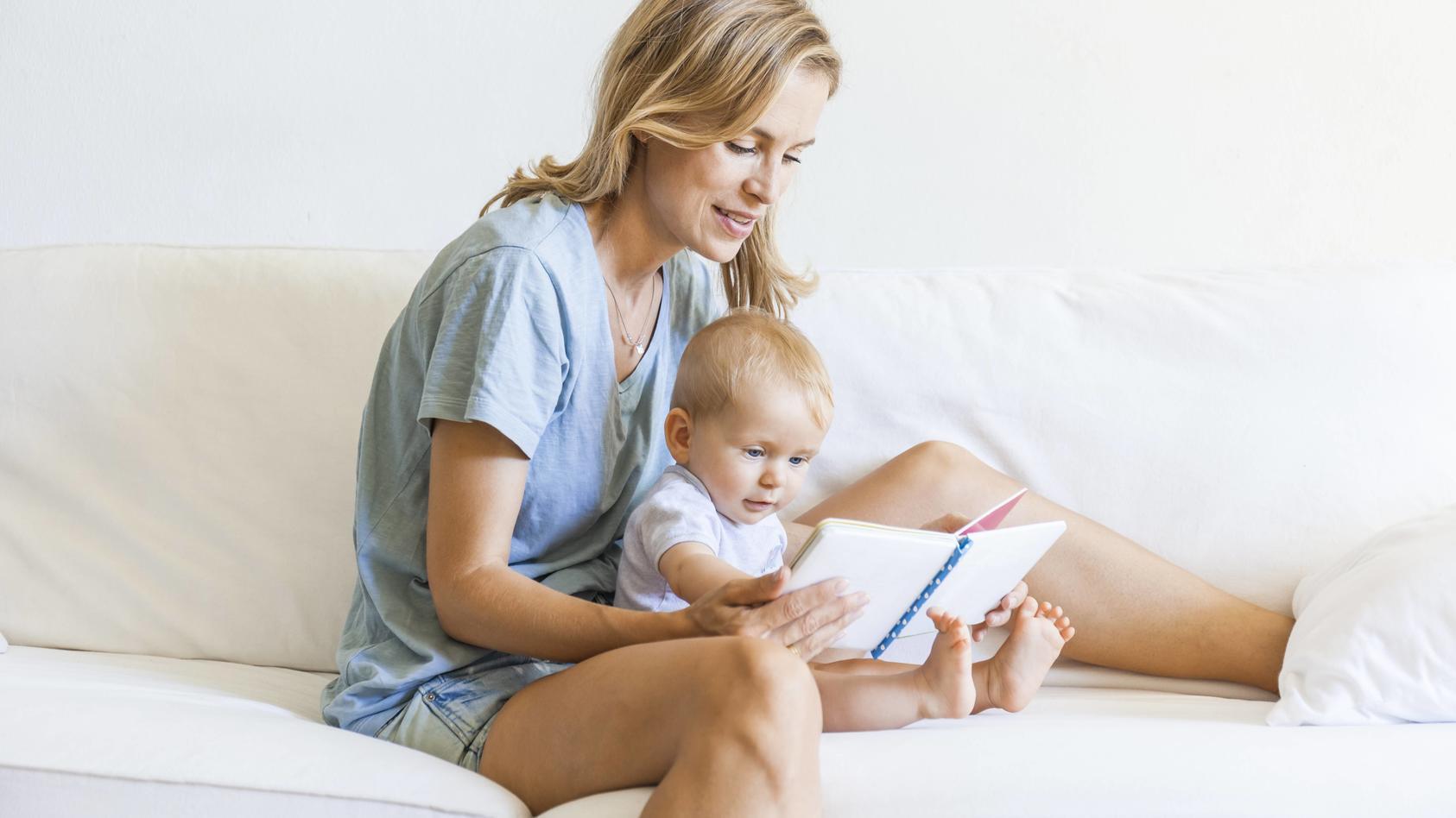 Mutter und Kind schauen sich gemeinsam ein Buch an.
