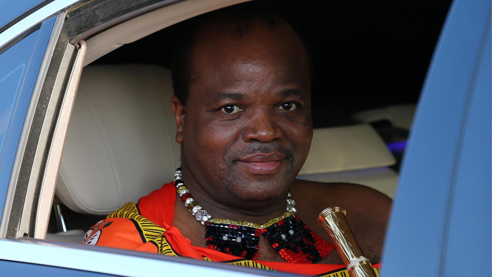 König Mswati III. von Swasiland hat seinen 14 Frauen 19 Rolls Royce und 120 BMWs gekauft.
