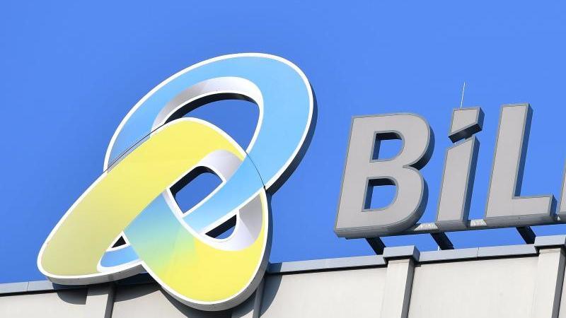 Das Logo des Industriedienstleisters Bilfinger auf dem Dach des Unternehmens. Foto: Uwe Anspach/dpa/Archivbild