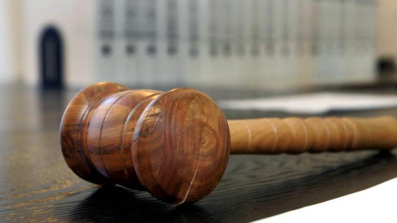Mit einem Richterhammer wie diesem wird auch in diesem Prozess Recht gesprochen. Foto: Uli Deck/PoOL/dpa