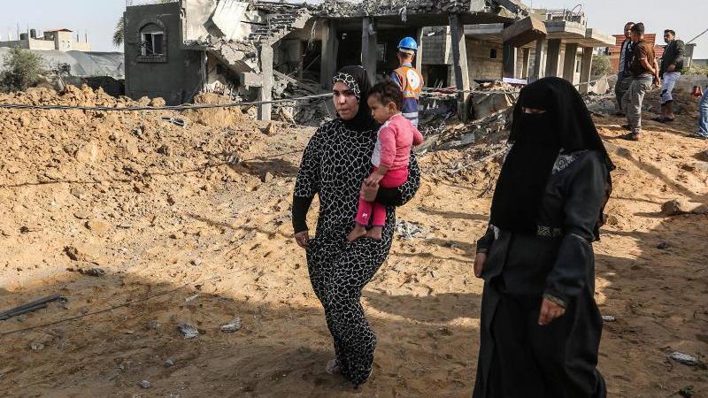 Palästinenser inspizieren ein beschädigtes Haus, das bei einem israelischen Luftangriff in Rafah im südlichen Gazastreifen zerstört wurde. Foto: Abed Deeb/APA Images via ZUMA Wire/dpa