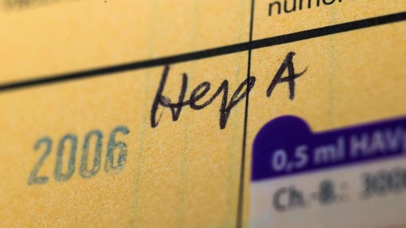 In einem Impfpass wird auf eine Impfung gegen Hepatitis A hingewiesen. Foto: Andrea Warnecke/Archiv