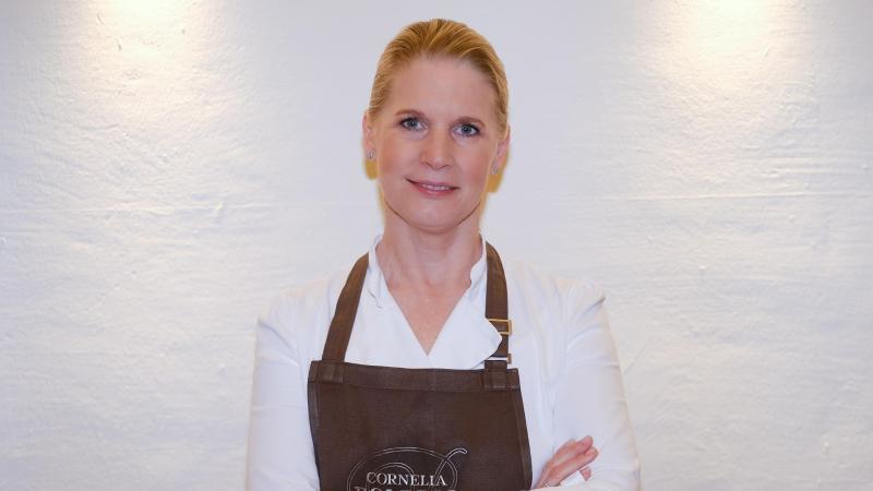 Die Köchin Cornelia Poletto schaut in einer Studioküche in die Kamera des Fotografen. Foto: Axel Heimken/Archiv