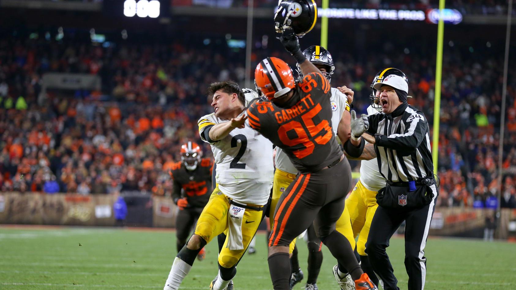 Sport Bilder des Tages CLEVELAND, OH - NOVEMBER 14: Cleveland Browns defensive end Myles Garrett (95) swings at Pittsbur