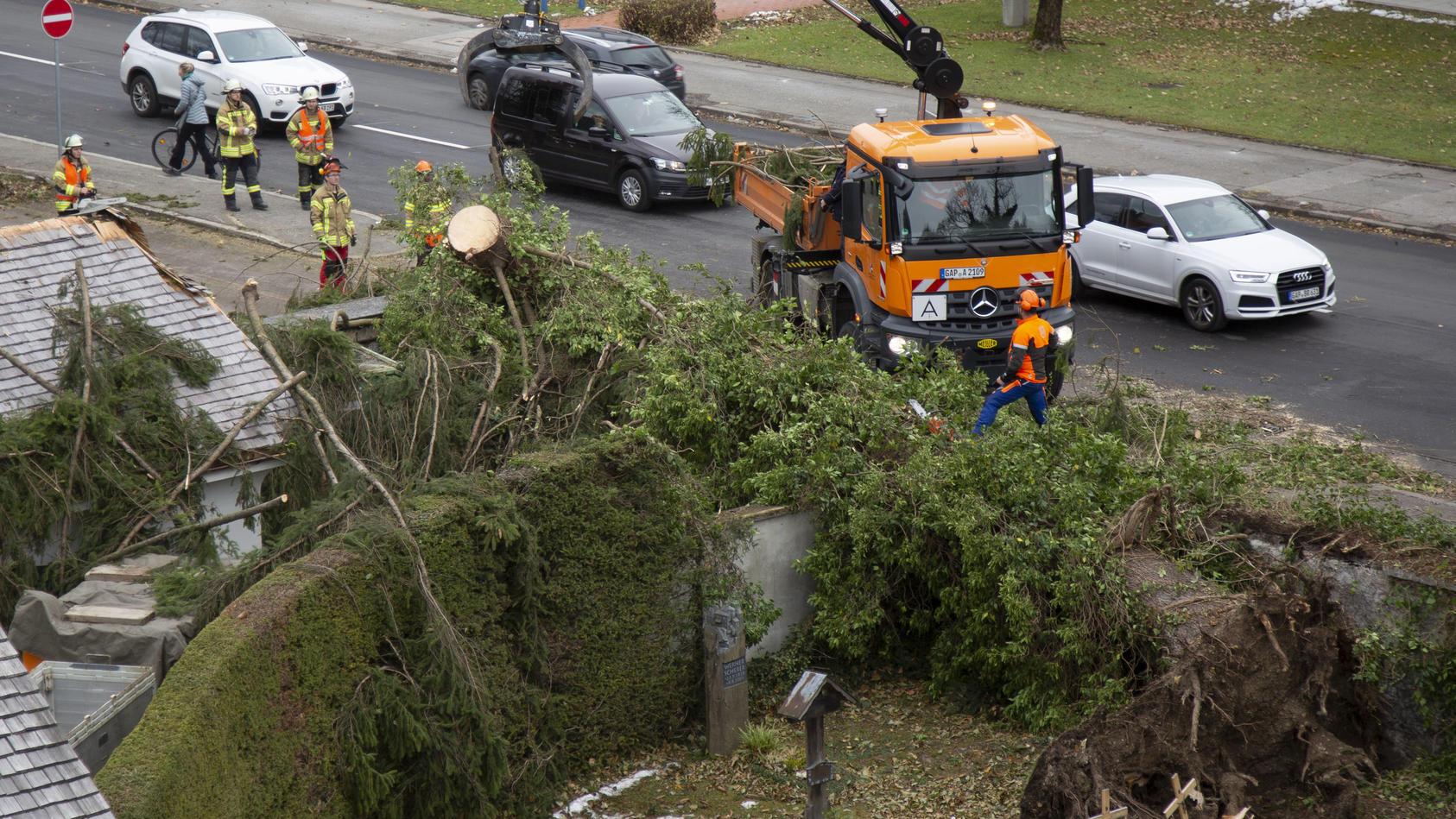 Umgestürzte Bäume liegen auf dem Friedhof im Ortsteil Partenkirchen.