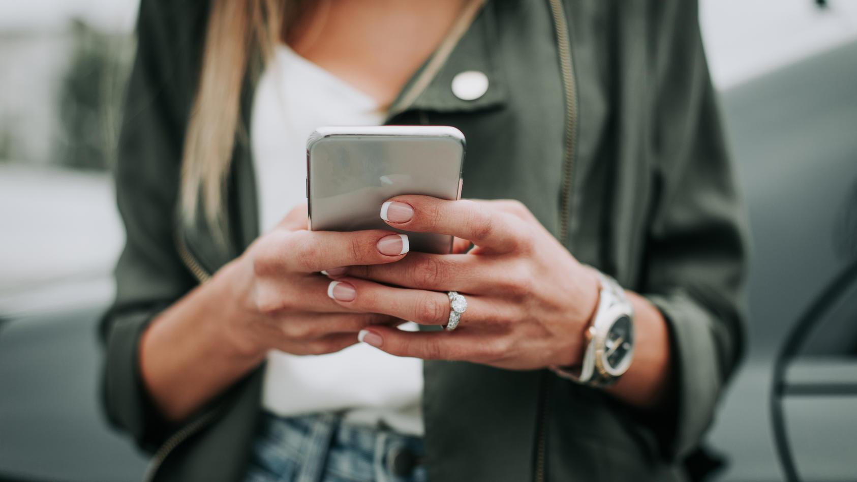 Egal ob zu Hause, im Büro oder auf der Straße - das Smartphone ist immer dabei.