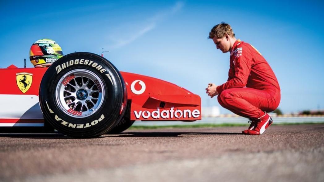 Mick Schumacher und ein Rennwagen seines Vaters