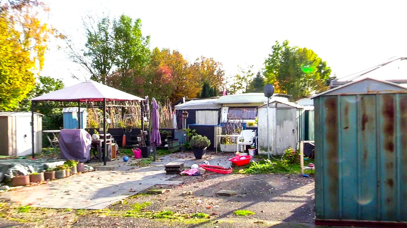 Die Düsseldorfer Polizei hat zwei Wohnwagen auf einem Campingplatz am Unterbacher See durchsucht.