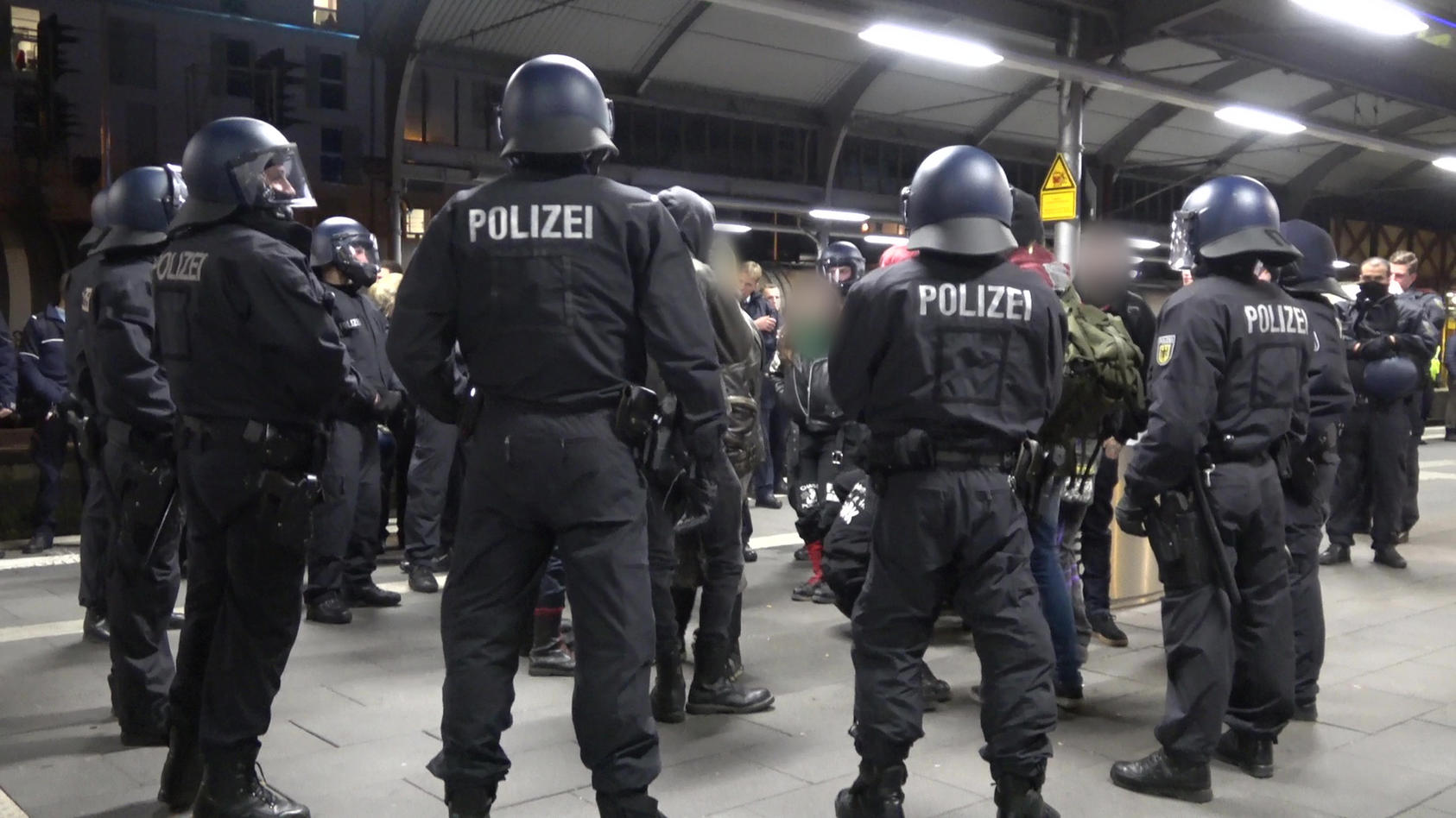 Wegen einer Schlägerei am Bonner Hauptbahnhof rückte die Polizei mit zahlreichen Kräften an.