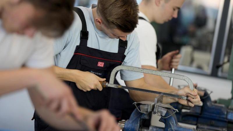Auszubildende für den Beruf des Industriemechanikers üben im Ausbildungszentrum. Foto: Oliver Berg/dpa