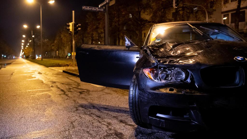 Ein beschädigter PKW steht nach einem Unfall auf der Fürstenrieder Straße. Zwei Jugendliche waren von einem Auto angefahren und verletzt worden.