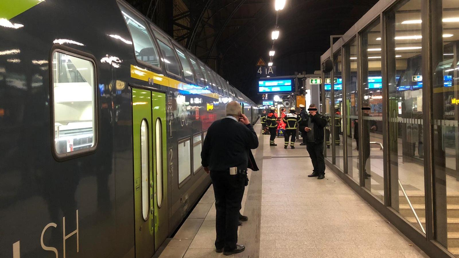 In Hamburg wurde ein Betrunkener von einem Regionalexpress überrollt, doch der Mann hatte Glück und überlebte.
