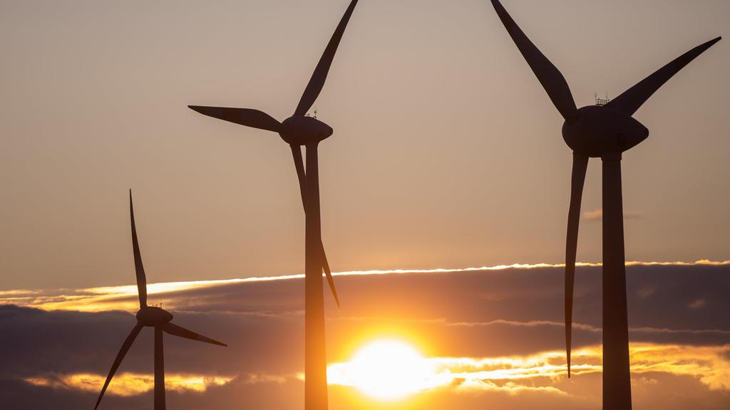 ARCHIV - 12.11.2019, Sachsen-Anhalt, Egeln: Die Sonne geht hinter Windkraftanlagen unter. Der Bundesverband Windenergie will am 16.11.2019 Zahlen zur Lage der Branche mitteilen. Foto: Klaus-Dietmar Gabbert/zb/dpa +++ dpa-Bildfunk +++