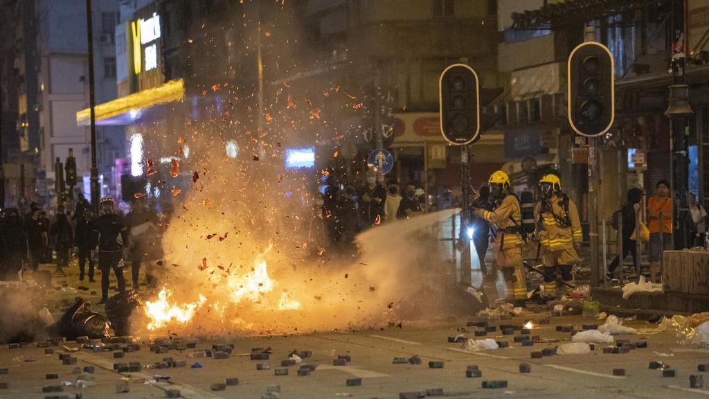 Hongkong - Hongkong - 17.11.2019 / Mongkok - Proteste in Hongkong 2019 / Proteste gegen Polizeigewalt / in der Nacht vom 17. auf 18.11 verwandeln sich Straßen wieder in ein Schlachtfeld / Straßensperren so kommt - brennende Straßenblockade und die Fe