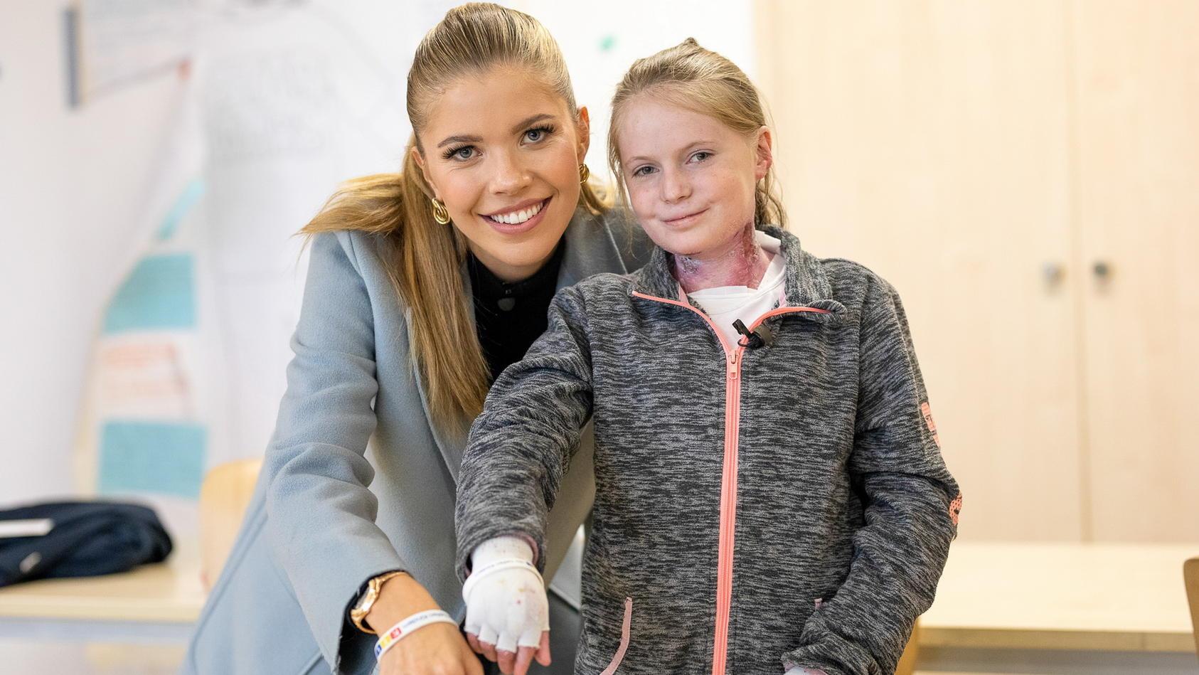 Einen Tag verbringt Victoria Swarovksi an der Seite von Evi. Die 13-Jährige ist ein sogenanntes Schmetterlingskind und leidet seit ihrer Geburt an der genetisch bedingten Hautkrankheit Epidermolysis Bullosa (EB).