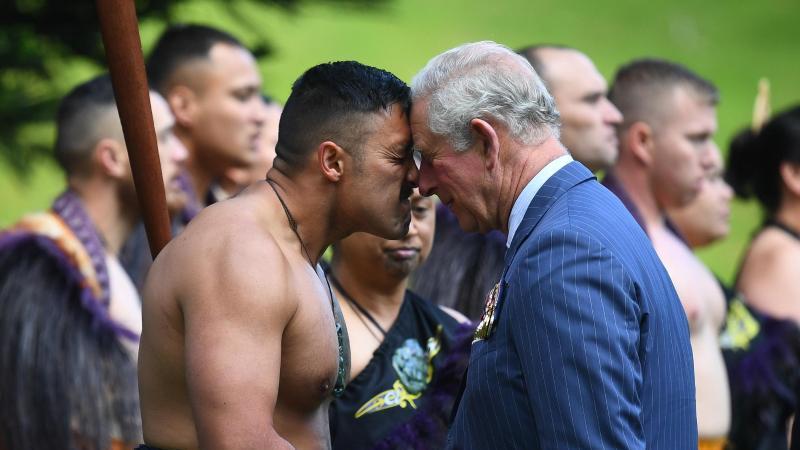 Prinz Charles wird traditionell von einem Maori mit einem Hongi begrüßt. Foto: Victoria Jones/PA Wire/dpa
