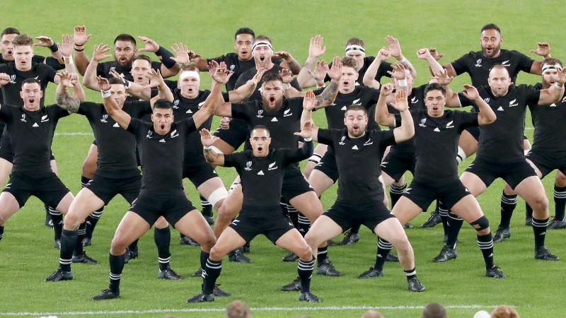 Rugby: WM, Männer, Neuseeland - Wales, K.o.-Runde, Spiel um Platz: Die Spieler von Neuseeland führen vor Spielbeginn gegenüber der walisischen Mannschaft einen Haka auf. Foto: dpa