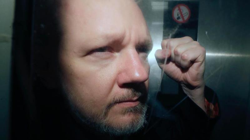 Julian Assange verlässt im Mai 2019 ein Gericht in London. Foto: Matt Dunham/AP/dpa