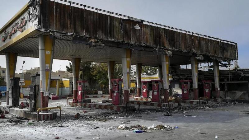 Ausgebrannte Tankstelle: Die Wut über die Verteuerung und Rationierung von Benzin im Iran ist groß. Foto: Abdolvahed Mirzazadeh/ISNA/AP/dpa