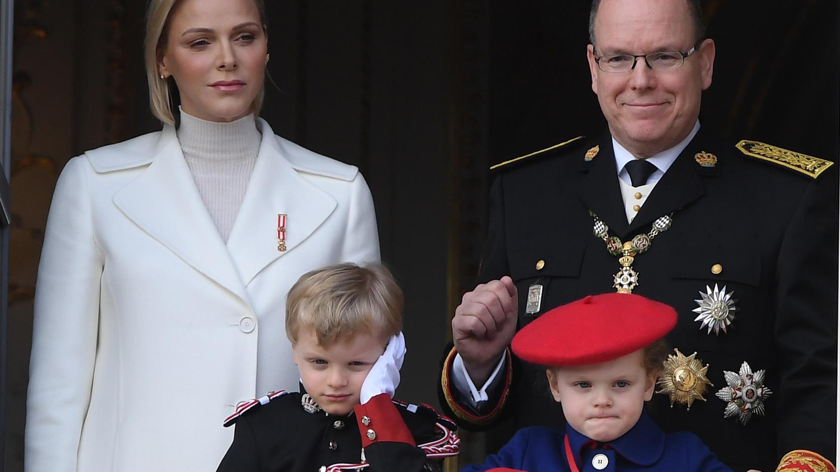 Die Grimaldi-Zwillinge Prinz Jacques und Prinzessin Gabriella (4) scheinen nicht ganz so begeistert vom royalen Trubel.