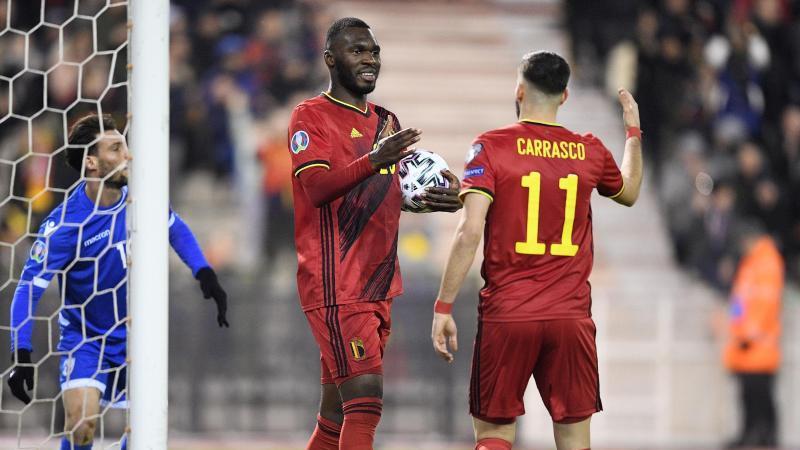 Christian Benteke (M) und Yannick Carrasco feierten mit Belgien einen klaren Sieg gegen Zypern. Foto: Yorick Jansens/BELGA/dpa
