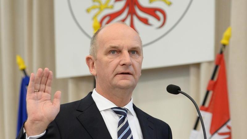 Brandenburgs MinisterpräsidentDietmar Woidke (SPD) spricht im Landtag in Potsdam den Amtseid. Foto: Ralf Hirschberger/dpa-Zentralbild/dpa