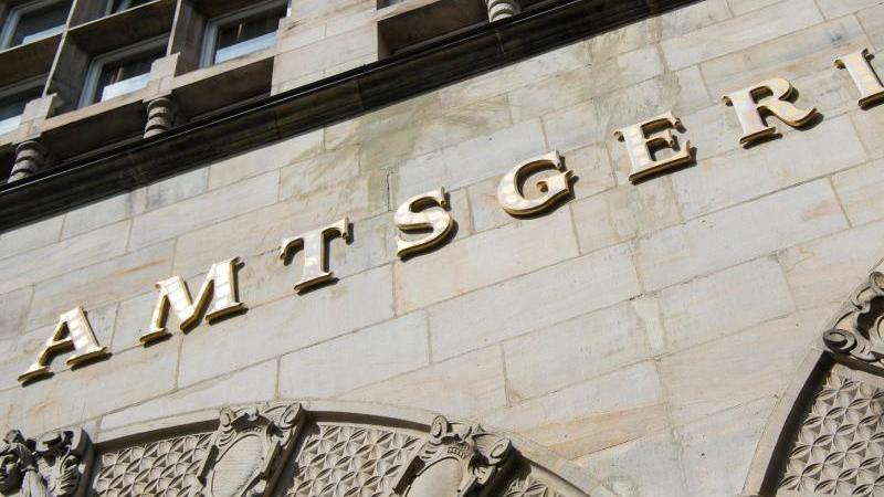 """Der Schriftzug """"Amtsgericht"""" hängt über dem Haupteingang. Foto: Christophe Gateau/dpa"""