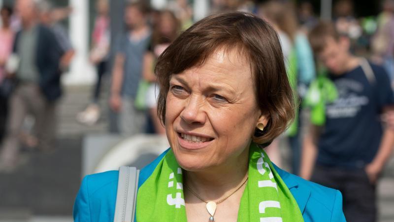 Annette Kurschus, Präses der evangelischen Kirche in Westfalen, schaut in die Ferne. Foto: Bernd Thissen/dpa