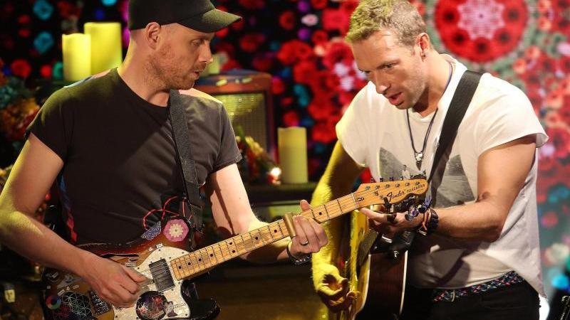 Chris Martin (r) and Jonny Buckland von Coldplay 2016 im italienischen Fernsehen. Foto: Matteo Bazzi/epa/dpa