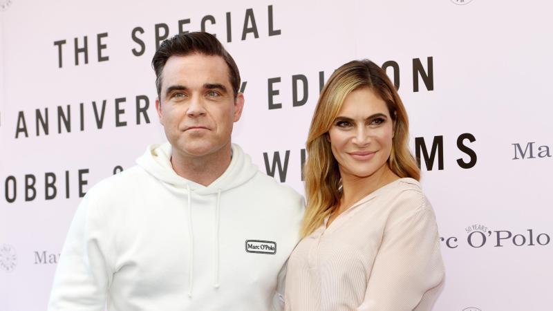 Robbie Williams mit Ehefrau Ayda bei der Vorstellung seiner Mode-Kollektion. Foto: Tobias Hase/dpa