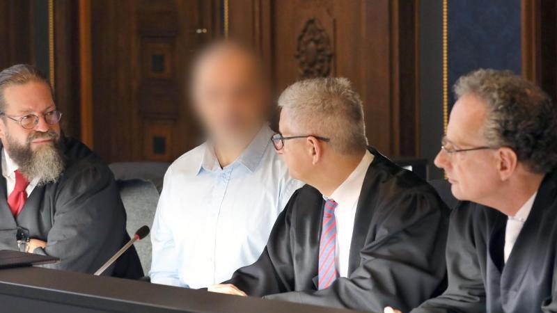 Robert Kain (l-r), Verteidiger, der Angeklagte, Verteidiger Ullrich Knye und Verteidiger Matthias Macht. Foto: Bernd Wüstneck/dpa-Zentralbild/dpa