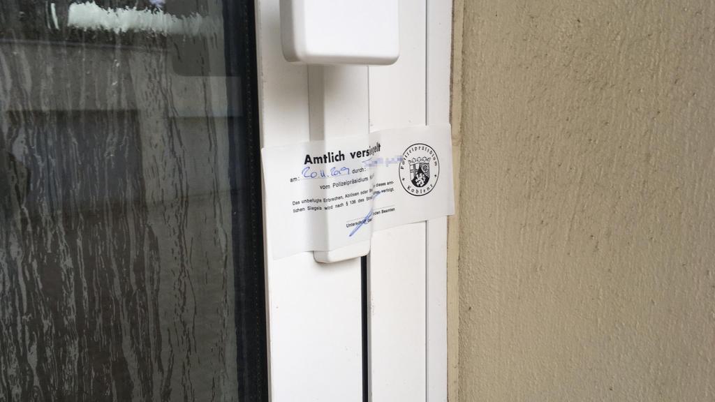 Fritz von Weizsäcker erstochen: Tür zur Wohnung polizeilich versiegelt.