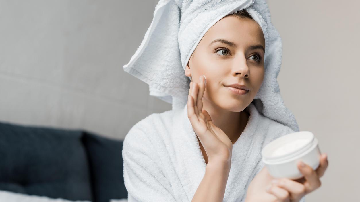 Viele Gesichtscremes leisten in Sachen Pflege gute Dienste - angebliche Anti-Aging-Effekte sind allerdings nur heiße Luft.