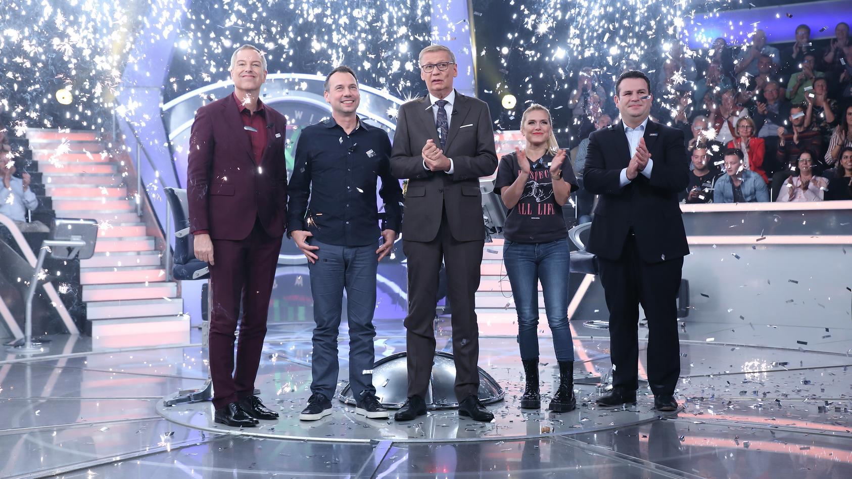 Moderator Günther Jauch (M.) mit seinen prominenten Gästen (v.l.) Thomas Hermanns, Sebastian David Fitzek, Jeanette Biedermann, Hubertus Heil