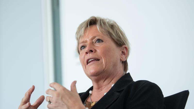 Susanne Eisenmann (CDU) befindet sich in einem Gespräch. Foto: Marijan Murat/dpa/Archivbild